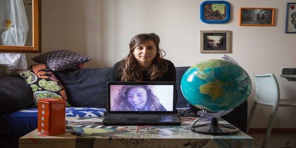 (Di)Stanze è un progetto fotografico mirato a raccontare la tematica degli italiani all'estero