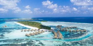 Resort assume personale alle Maldive